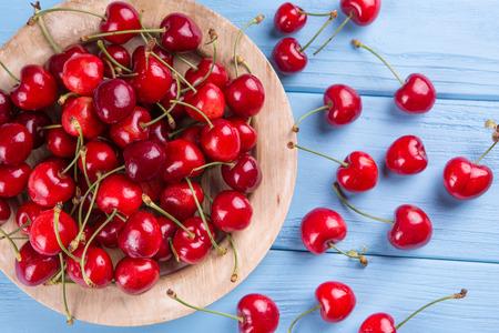 cereza: maduros, rojos, cerezas frescas, sobre un fondo azul