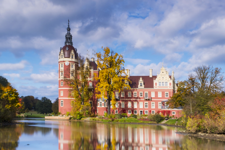 Castle in Bad Muskau with reflection in the Lake Foto de archivo