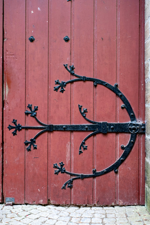 Old wooden door with iron ornaments in a castle Standard-Bild - 111788754