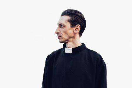 Porträt eines gutaussehenden katholischen Priesters oder Pastors mit Kragen, der isoliert auf dem weißen Hintergrund steht