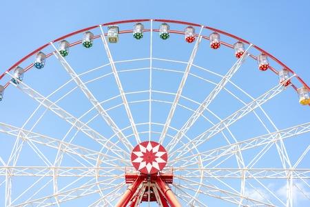ruota panoramica su uno sfondo di cielo blu brillante. tempo libero estivo
