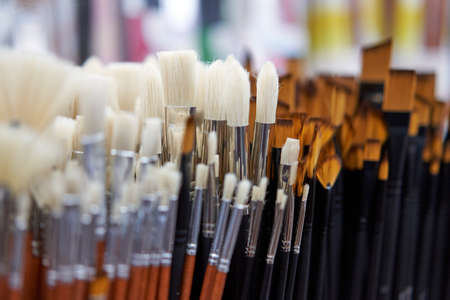 Group artistic paintbrushes for artist New paint brushes on shelf display in stationery shop. Art painting concept. Concept selling tools for artists Banque d'images