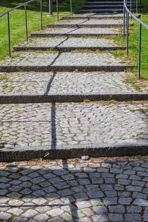 empedrado: Camino pavimentado con ladrillos piedras y hierba verde y una l�nea que conduce sombras
