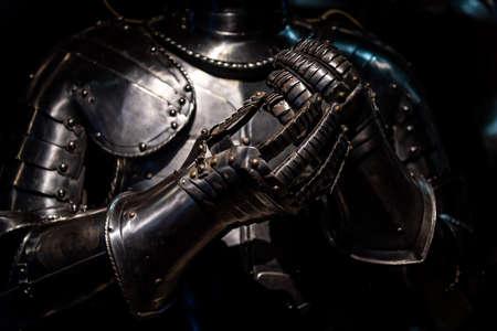 Średniowieczny jak zbroja i rękawiczki świecące w ciemności.