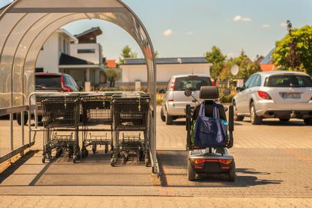 Menschen mit eingeschränkter Mobilität können dank Elektrorollstühlen aktiv am Leben teilnehmen. Konzept: soziale Fragen oder Gesundheit