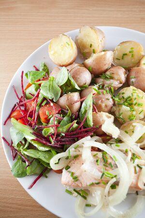 Lachs mit neuen Kartoffeln, Zwiebeln und Salat - Ducan Diät Standard-Bild