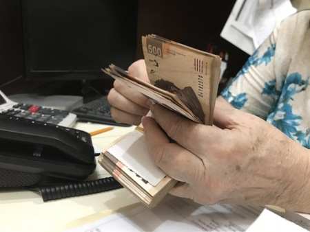 Woman hands counting a stack of mexican peso 500 money bills Archivio Fotografico