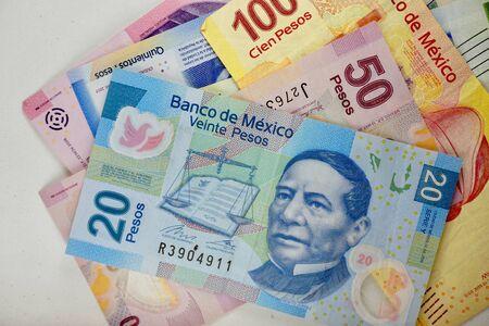 Molte banconote in pesos messicani si sono sparse casualmente su una superficie piana