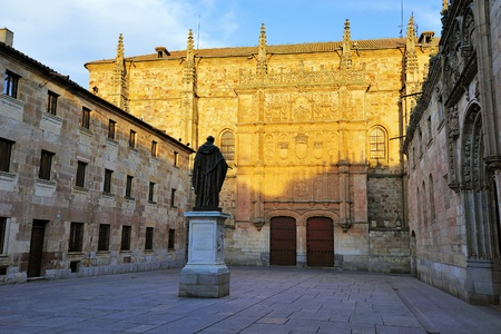 Facade of the University and statue of Fray Luis de Leon at Salamanca (Castile and Leon, Spain) 新闻类图片