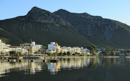 reflections in the harbor of Port de Pollenca  Puerto Pollensa , Majorca, Spain 免版税图像