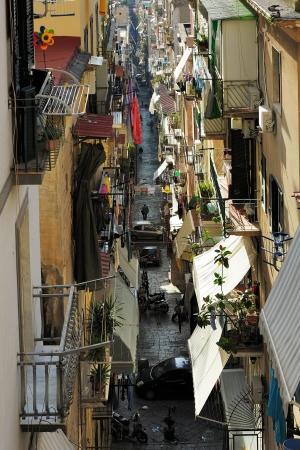 alley among the crowded neighborhoods of Naples, Italy 免版税图像