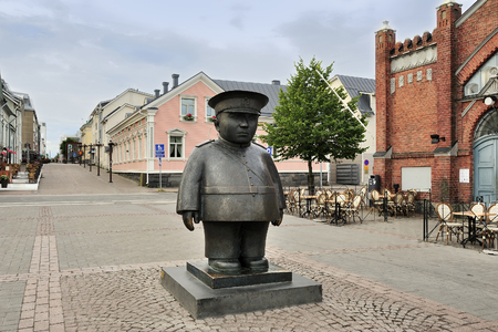 The bronze sculpture Toripolliisi (The Bobby at the Market Place), Oulu, Finland Imagens