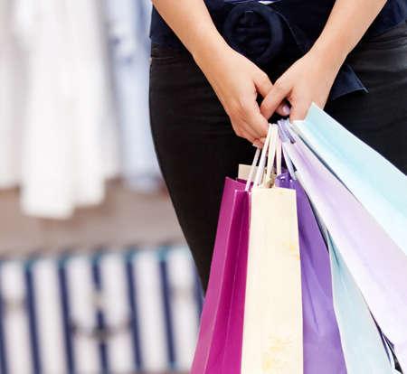 departamentos: persona de sexo femenino la celebraci�n de una bolsas de compras en una tienda Foto de archivo