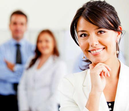 magabiztos: Sikeres nő, ami egy üzleti csoport keres magabiztos