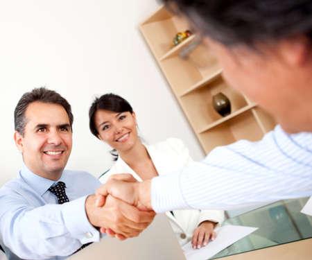 cerrando negocio: La gente de negocios de cerrar un trato con un apret�n de manos Foto de archivo