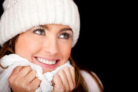 ropa de invierno: Invierno mujer reflexiva aislada sobre un fondo negro
