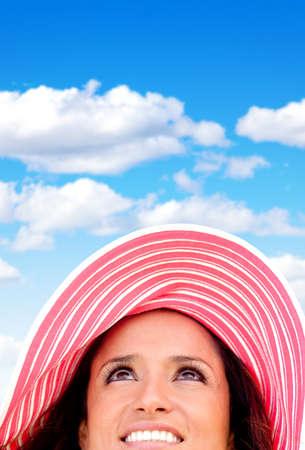 Retrato de mujer con un sombrero de verano en un d�a hermoso photo