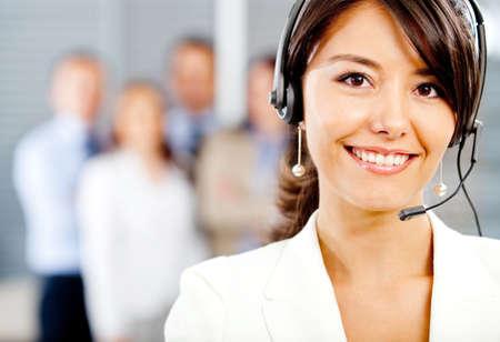 call center agent: Donne di supporto all'operatore clienti con auricolare e sorridente Archivio Fotografico