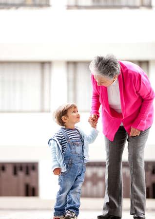 abuela: La abuela y los ni�os que toman un paseo al aire libre