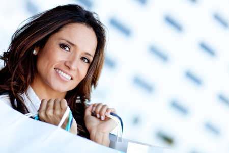 Latin Shopping Frau mit Papiert�ten und l�chelnd