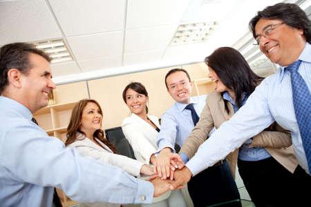 work together: Business-groep met handen in het midden - teamwork concepten