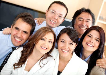 empleados trabajando: Equipo de negocios exitoso que parece feliz en la oficina