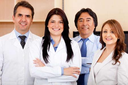 doctores: Equipo corporativo en el hospital de la promoci�n de seguro m�dico Foto de archivo