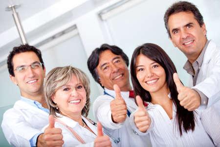 doctores: Grupo de m�dicos con los pulgares en el hospital