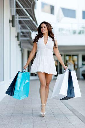 outlets: Hermosa chica con bolsas de la compra la celebraci�n en el centro comercial Foto de archivo
