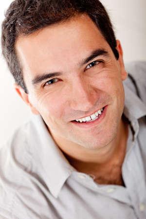 viso uomo: Handsome uomo ritratto sorridente - isolato su uno sfondo bianco