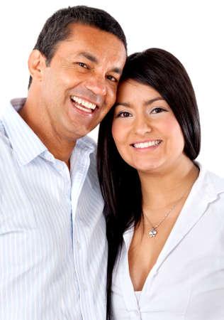 parejas enamoradas: Abrazos feliz pareja de enamorados - aislados en un fondo blanco
