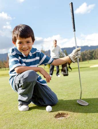 nios hispanos: Ni�o jugando golf en el club