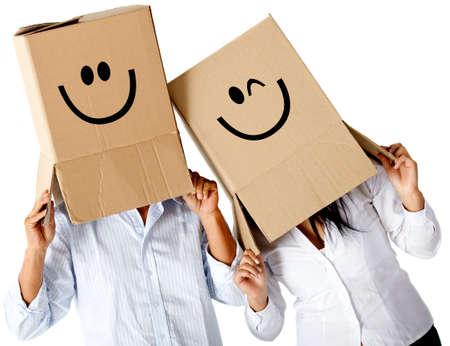 boite carton: Couple de caract�res cardbord avec visages souriants - isol� sur un fond blanc Banque d'images