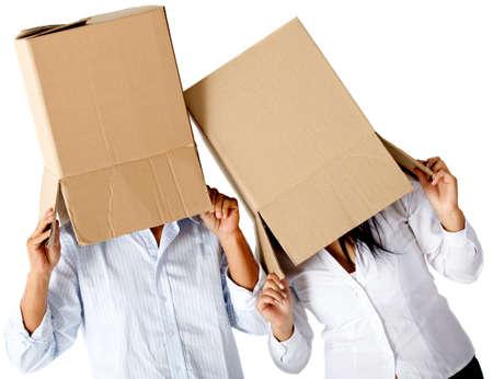 cajas de carton: Las personas con cajas de cart�n en la cabeza simulando una locura en movimiento - aislado
