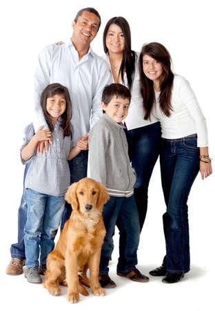 nios hispanos: Feliz familia latinoamericana con un perro - aislados en un fondo blanco