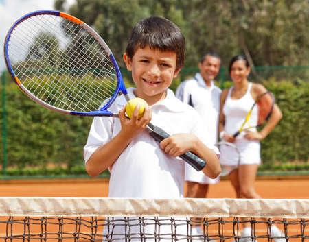 jugando tenis: Joven jugador de tenis masculino en una pista de tierra batida
