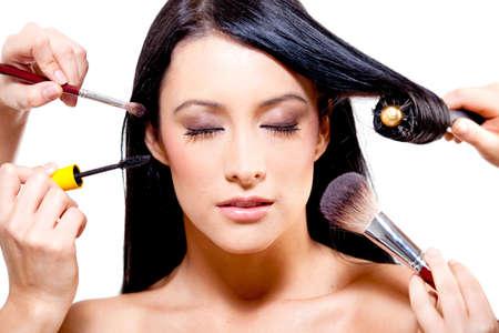 salon de belleza: Mujer recibiendo un estilo profesional - aislados en un fondo blanco
