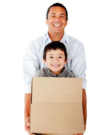 hispanic boy: El hombre de mudarse de casa y el embalaje a su familia - aislados en un fondo blanco
