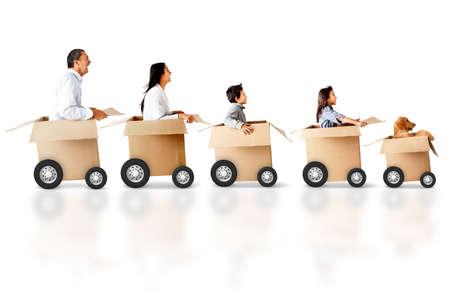 carton: Familia en un coche hecho de una caja de cart�n - los conceptos de entrega urgente Foto de archivo