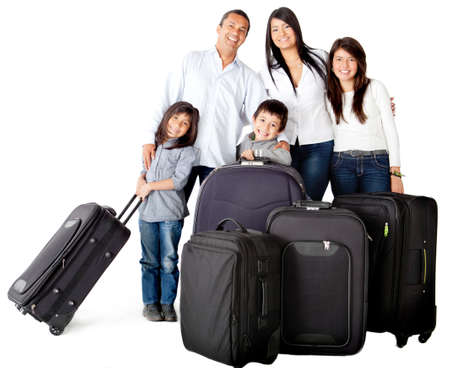viaje familia: Familia feliz con bolsas listas para viajar - aislados en un fondo blanco