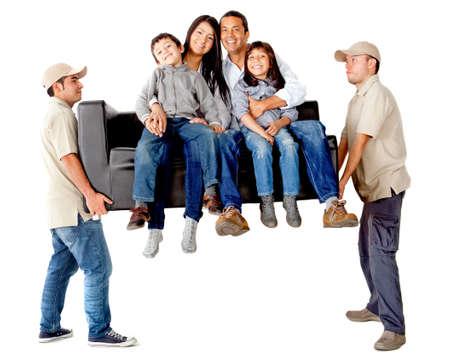 trasloco: Uomini che trasportano un divano con una casa di famiglia in movimento - isolato su uno sfondo bianco