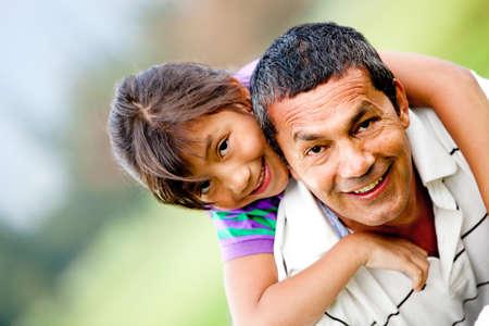 vaderlijk: Portret van een vader en zijn dochter met plezier buiten