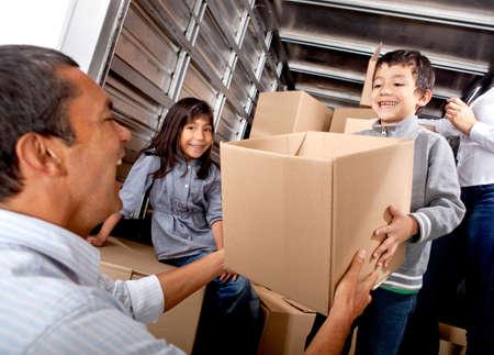 carga: Familia de mudarse de casa de cargar un cami�n con cajas de