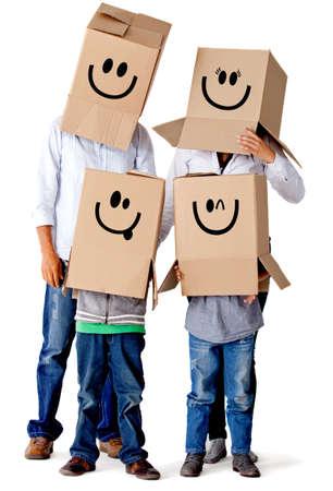 cajas de carton: Personajes de cart�n de la familia - aislados en un fondo blanco