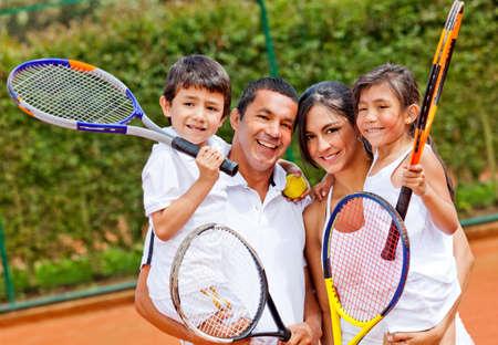 jugando tenis: Retrato de familia feliz jugando al aire libre, tenis y sonriente Foto de archivo
