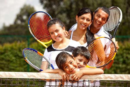 tennis: Portrait d'un groupe de joueurs de tennis en plein air souriant Banque d'images