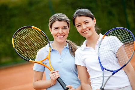 jugando tenis: Mujeres hermosas jugando al tenis y que parece feliz