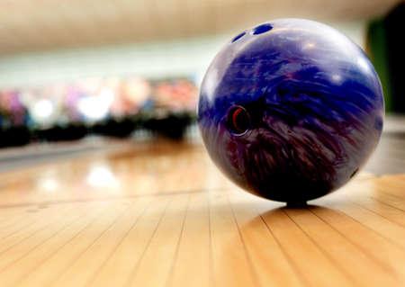 bolos: Bola de color p�rpura berrear en un callej�n