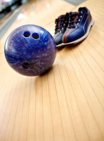 bolos: Bowling juego con los zapatos y la bola en el callej�n Foto de archivo
