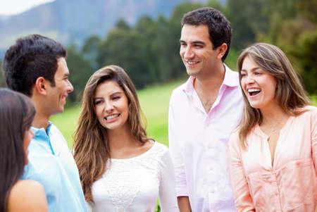 hanging around: Grupo de amigos dando vueltas aire libre y sonriente